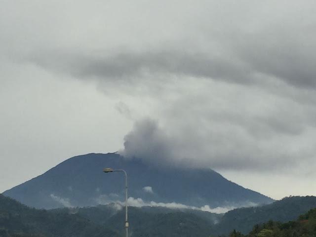 Gunung Agung di Karangasem Bali meletus mengeluarkan asap hitam pada 21/11/2017 pukul 17.35 WITA. Foto : Twitter @Sutopo_BNPB.