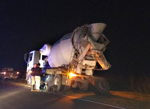 Camión cargado con cemento perdió las ruedas duales entre Laborde y Pascanas