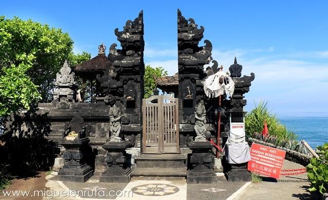 Templo-agujero-roca-Bali