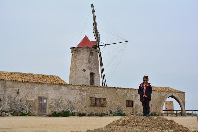 devant le moulin Trapani