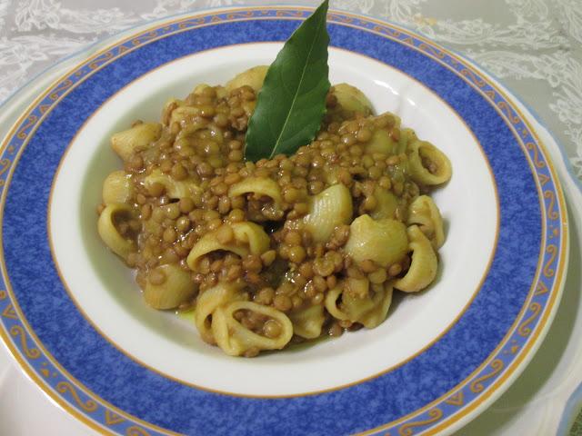 Prato de macarrao com lentilha