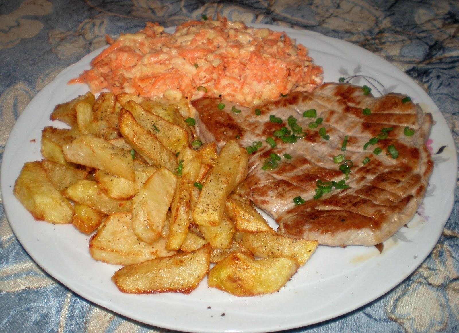 Purcel, cartofi și salată de crudități cu smântână