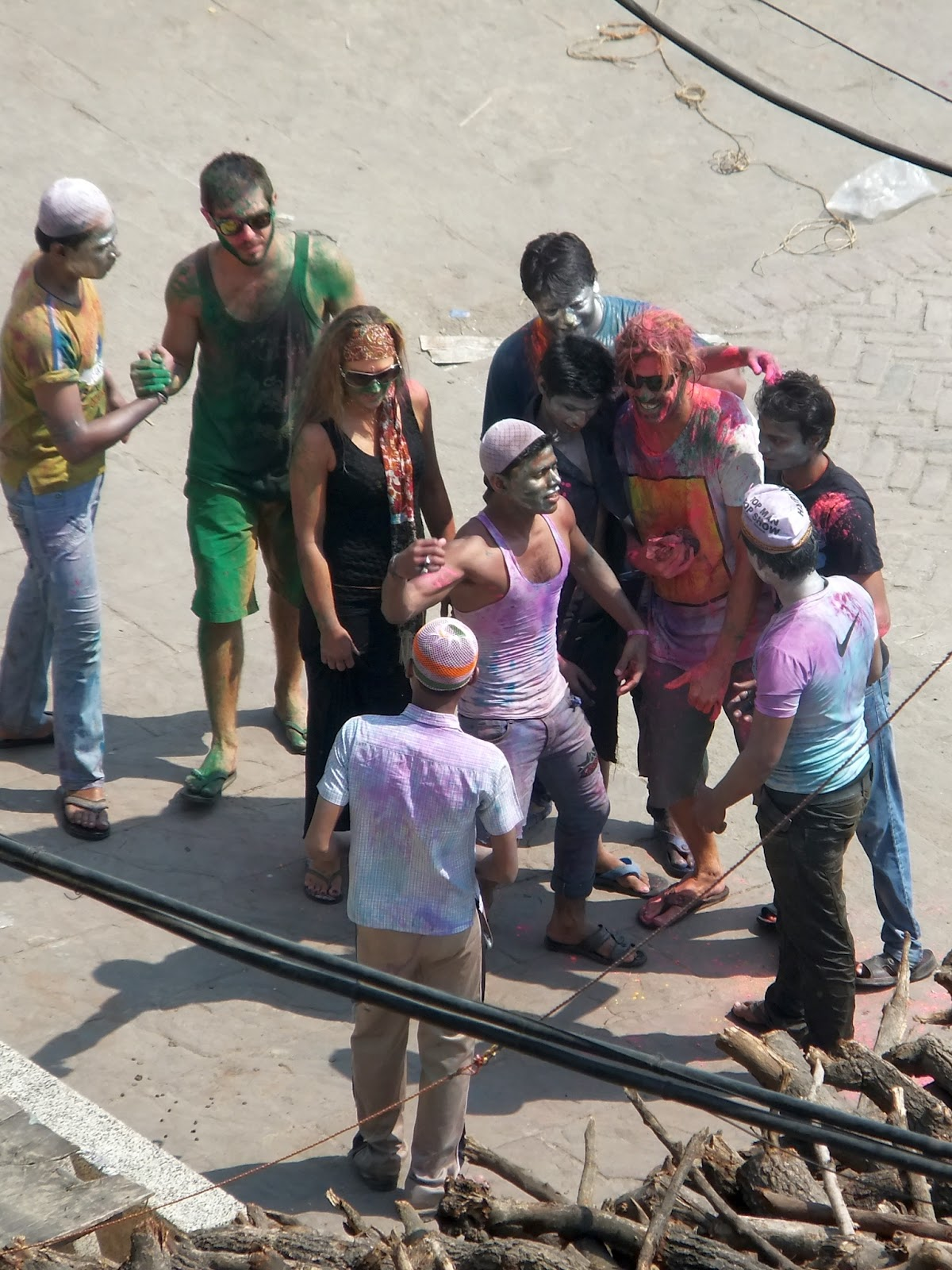 европейцы братаются с индусами в праздник холи