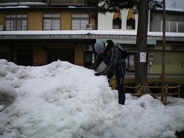 En Takayama jugando en la nieve