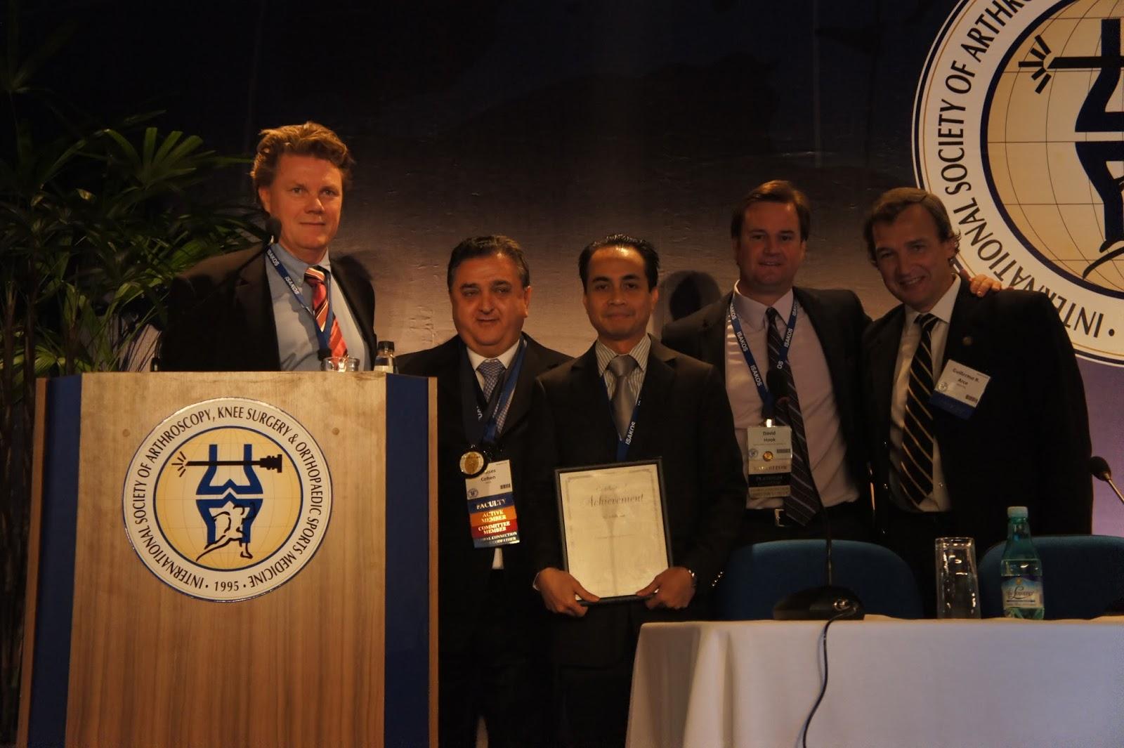 Dr Andri LUbis saat terima penghargaan