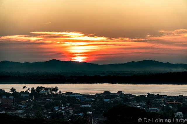 Thanlwin river - sunset - pagodas - Mawlamyine