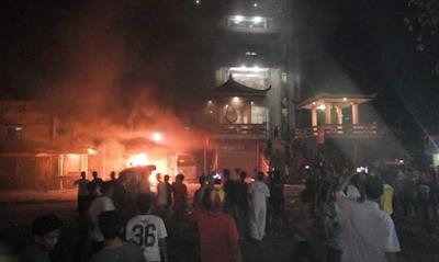 Tidak Senang Adanya Adzan, Etnis Cina Mengamuk di Masjid, Akhirnya Massa Membakar Rumahnya