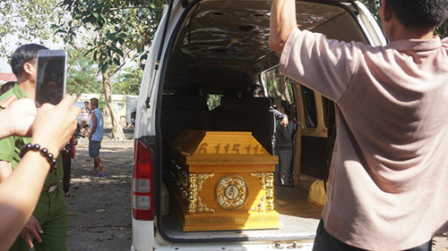 Thi the Nguyen Hai Duong duoc dua len xe ve que mai tang