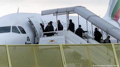 ألمانيا ترحل 69 لاجئا إلى بلده