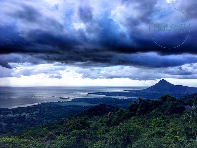 vue sur l'océan indien et l'île au bénitier depuis Chamarel à l'île Maurice