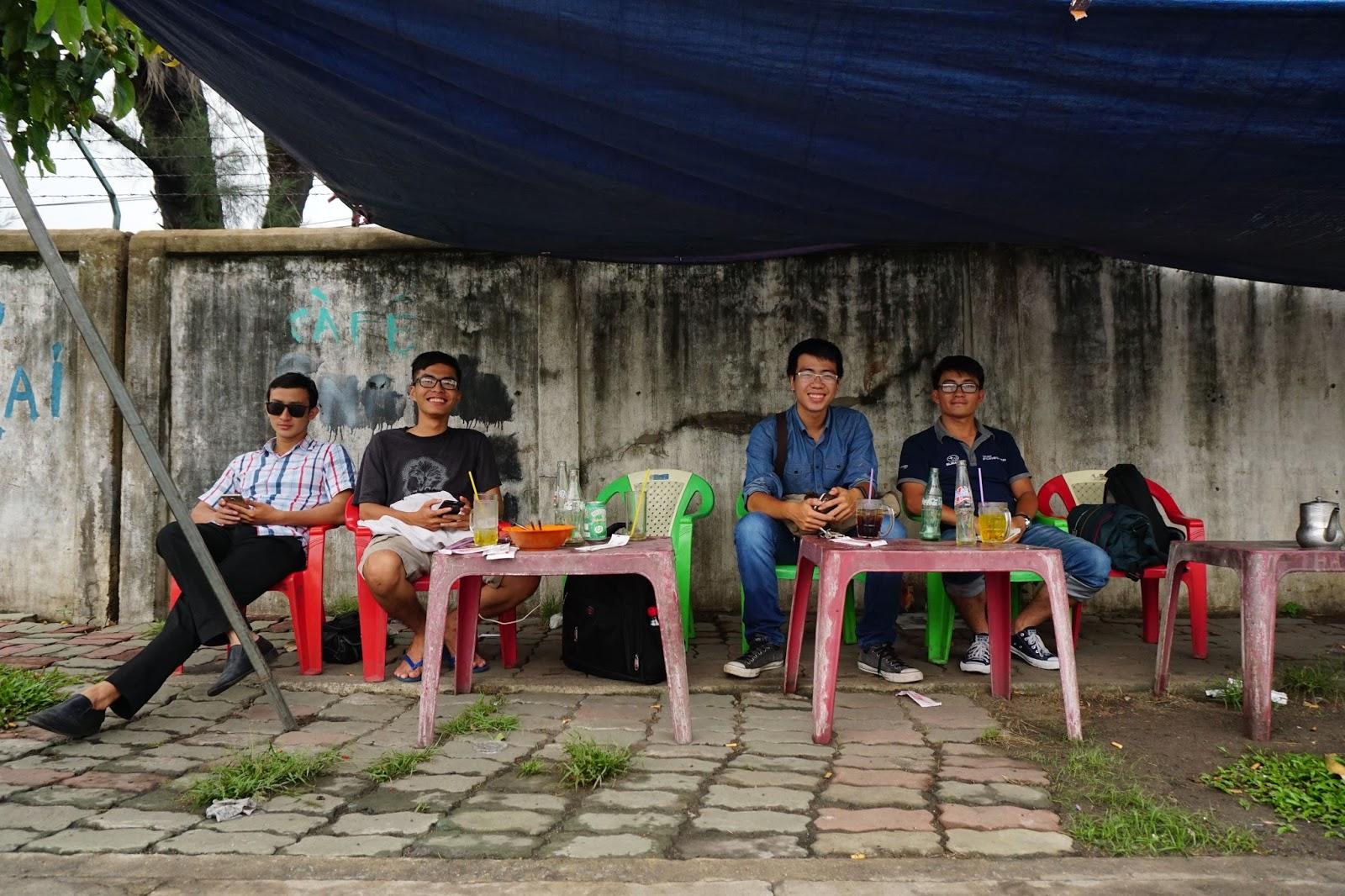 Từ trái sang phải, Trung Quang, Xuân Siêu Xe, Thế Anh, Thành Nhơn...đang ngồi hóng