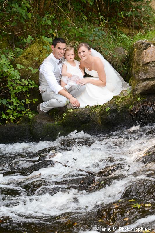 photo mariés rivière famille avec petite fille