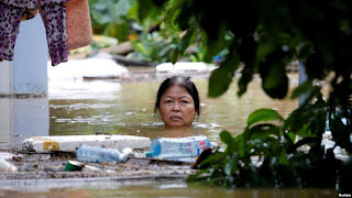 A woman wades through a submerged street at the UNESCO heritage ancient town of Hoi An after typhoon Damrey hits Vietnam November 6, 2017. (Credit: Reuters/Kham/File Photo) Click to Enlarge.