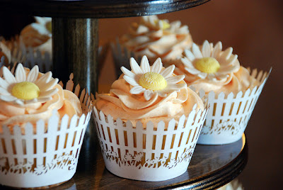 white and yellow daisy cupcakes