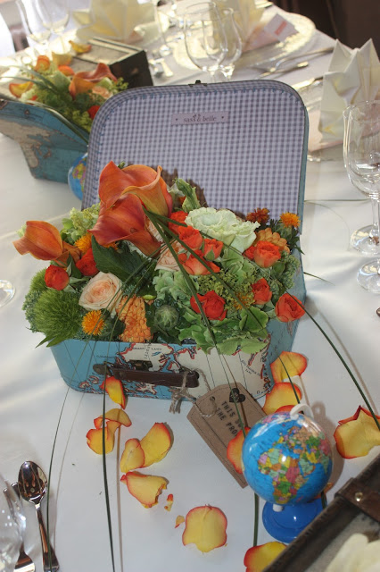 Center pieces in suitcases - Tischblumen im Koffer - Hochzeit mit Reisemotto in Orange, Pfirsich, Apricot - Niederlande meets Russland in Garmisch-Partenkirchen, Riessersee Hotel, Bayern - Travel themed wedding orange colour scheme