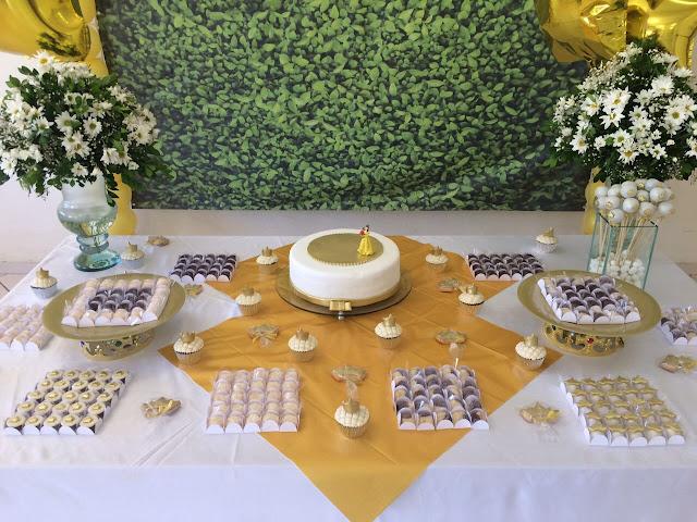 festa de um ano bolo em casa festa doces personalizados coroa para família bellanaoadormecida mamae sortuda