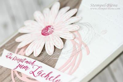 Jahr voller Farben; Gänseblümchengruß; Stampinup Katalog 2017-2018; Puderrosa; Sommerbeere; Blumenkarte; Papier Holzmuster; Match the Sketch; Blumenkarte; Stempel-biene