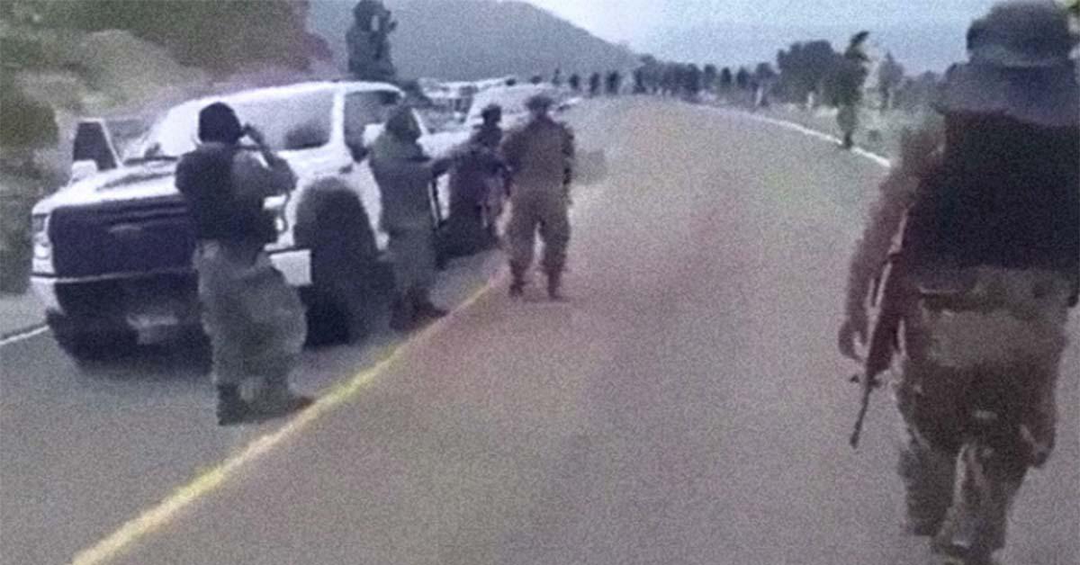 VÍDEO: El poderoso ejercito del CJNG; Así se pasean en caravana de camionetas de lujo y bien armados en la sierra de Nayarit