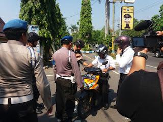 Antisipasi Teror Bom, Pengunjung Polres Jombang Diperiksa dengan Metal Detector