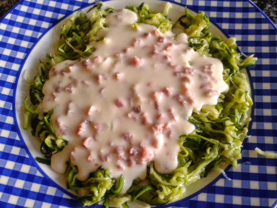 Espaguetis de calabacin con salsa de queso