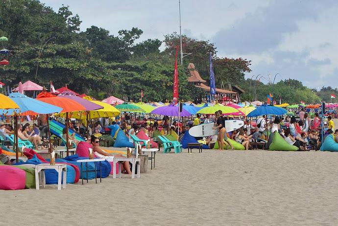 Bares con pufs en la playa
