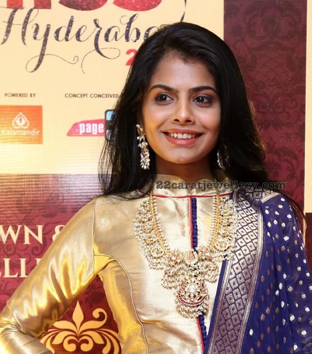 Model in Shanku Chakra Guttapusalu Set