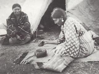 indigenas elaborando pemmican