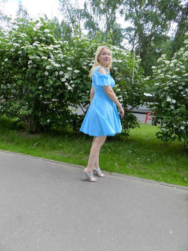голубое платье и серебристая сумка