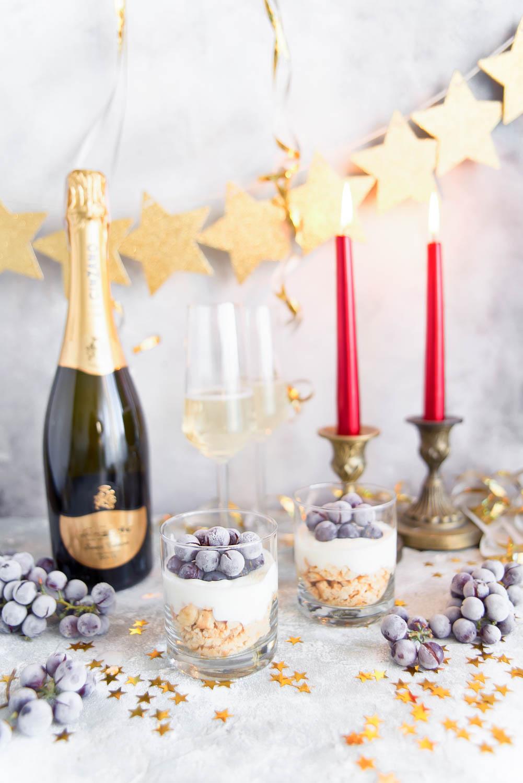 Jogurtowy deser z szampanem i mrożonym winogronem
