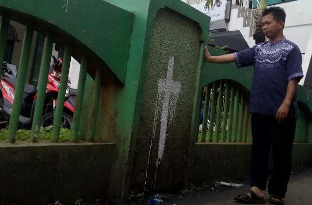 Masjid Di Daerah Ini Jadi Target Teror, Dinding Luar Dicoret Berbentuk Salib