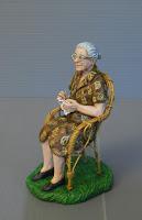 statuetta presepe donna anziana seduta ritratto personalizzato orme magiche