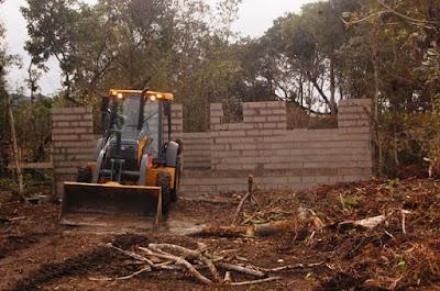 Ilha Comprida demoliu quatro construções irregulares no Balneário Maria de Lurdes