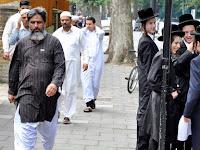 Apa yang Terjadi Saat Muslim dan Yahudi Jalan Berdampingan?