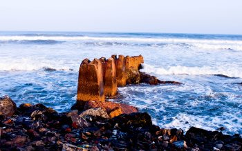 Wallpaper: Rocks and waves
