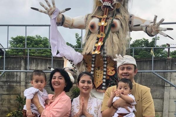 Rayakan Nyepi Potret Kompak Keluarga Kadek Devi Saat ke Pura