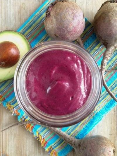 Radiant Glow Antioxidant Smoothie.  Bahan: alpukat, bit, berbagai macam buah berry, pear, jahe, susu nabati (susu kedelai, susu almond, atau yang lainnya).