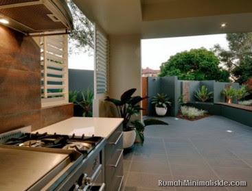 desain dapur dekat taman belakang