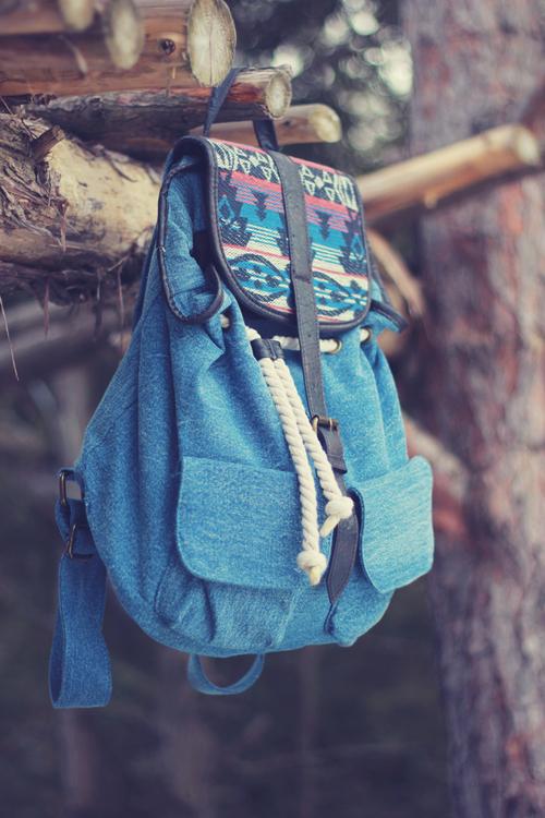 photographie de sac à dos en jean denim