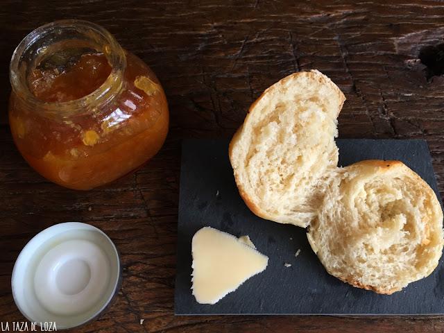 pan-de-viena-con-mantequilla-y-mermelada