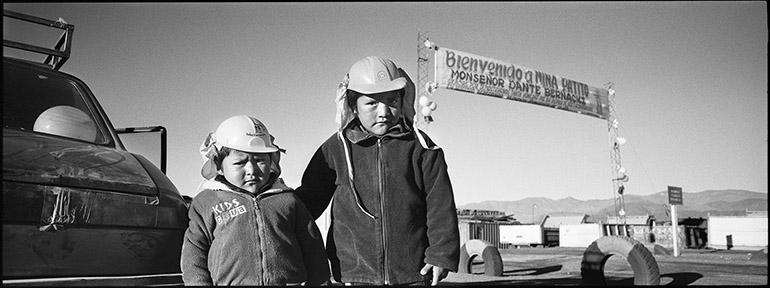 Photo panoramique de deux jeunes garçons sur la Puna Argentine à la mine de Patito.
