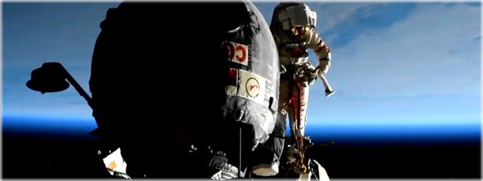 cosmonautas russos fazem caminhada espacial para analise de buraco na soyuz