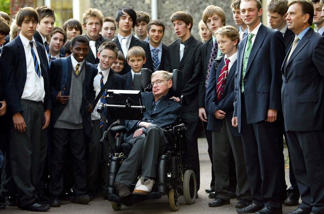 Stephen quay về trường cũ của ông là trường St Albans để thuyết trình về nguồn gốc của vũ trụ. Hình ảnh: Matthew Power/Rex/Shutterstock.