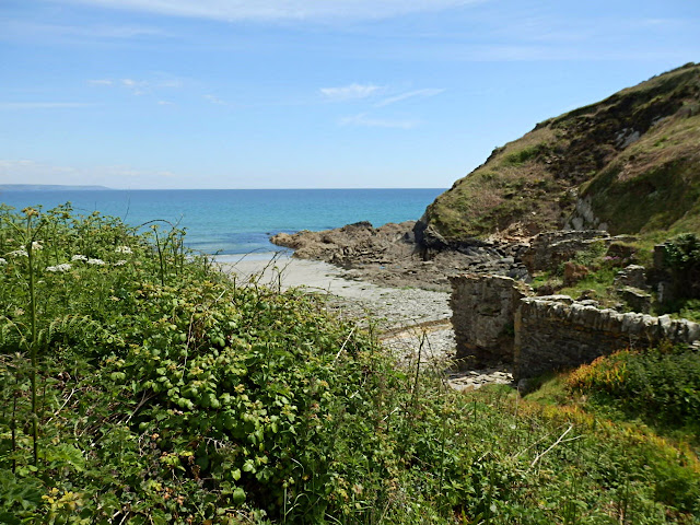 Small cove between Pentewan and Mevagissey
