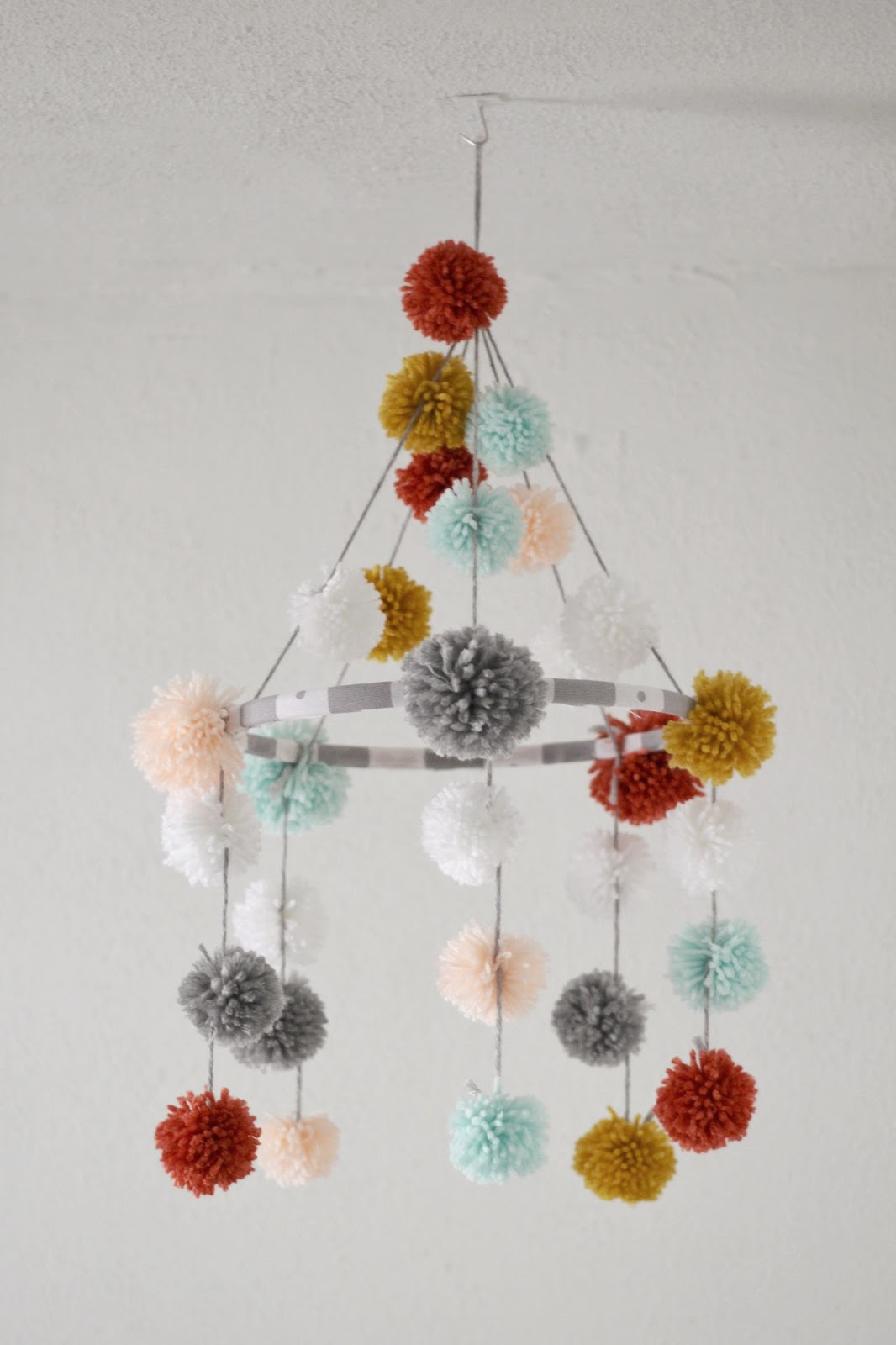 marissa says a lifestyle blog diy pom pom baby mobile. Black Bedroom Furniture Sets. Home Design Ideas