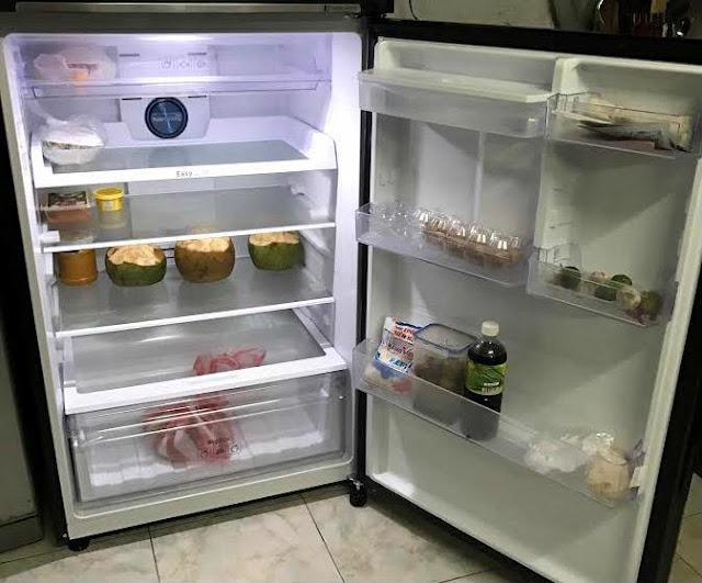 Cách làm: Trước khi đi ngủ vào ban đêm, lấy một bát hoặc khay nước, đặt trong ngăn đá tủ lạnh. Lưu ý rằng thời gian là rất quan trọng, phải là vào ban đêm. Sáng sau khi ngủ dậy, lấy bát nước đã đông lạnh ở ngăn đá đó lên để ở ngăn mát. Lặp lại cách này hàng ngày.  Lợi ích: Khi bạn hiểu được nguyên lý làm mát của tủ lạnh, bạn sẽ hiểu rõ ưu điểm của cách làm này. Vào ban đêm, tủ lạnh không sử dụng, để bát nước/hoặc khay nước vào ngăn đá thì khả năng làm lạnh sẽ nhanh và không tiêu hao điện năng lớn như ban ngày.  Khi để khay/bát nước đông đá trên ngăn mát, chúng sẽ tự rã đông dần dần cho đến khi tan hết. Từ đó cung cấp khí mát mà không cần phải dùng đến điện để làm mát ngăn bảo quản này. Vì vậy tủ lạnh sẽ không phải tiêu hao quá nhiều điện năng.  Tủ lạnh cần phải đặt vào chỗ thông gió, thoáng mát  Theo các chuyên viên về điện lạnh, nên đặt tủ lạnh ở nơi thông thoáng, hạn chế đặt vào những góc nhà chật hẹp, lưng và hai vách bên hông tủ lạnh phải cách tường chí ít là 10cm để bảo đảm thoát nhiệt. Muốn không khí lưu thông xung quanh tủ lạnh và để chống ẩm, người tiêu dùngcó thể kê tủ cách mặt đất hơn 5cm. Bởi nhiệt độ xung quanh truyền vào tủ lạnh nhiều sẽ ảnh hưởng khả năng tản nhiệt, điện hao nhiều hơn.  Điều chỉnh nhiệt độ hợp lý  Khi thực phẩm trữ lạnh trong tủ không nhiều, nên điều chỉnh cấp độ làm lạnh ở mức trung bình hoặc thấp sẽ tiết kiệm điện hơn. Người tiêu dùngnên sử dụng một nhiệt kế để kiểm tra nhiệt độ lạnh với buồng giữ lạnh, nhiệt độ ở mức 7-8ºC là đạt, không cần thiết điều chỉnh độ lạnh tối đa. Với ngăn đông lạnh, điều chỉnh nhiệt độ ở mức -18ºC thay cho -22º là vừa đủ.