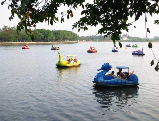 Danau Setu Babakan Perahu Angsa