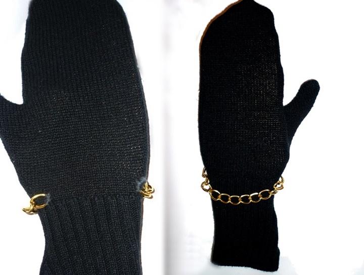 Zwei schwarze Strickhandschuhe mit goldener Kette, selbstgenaeht