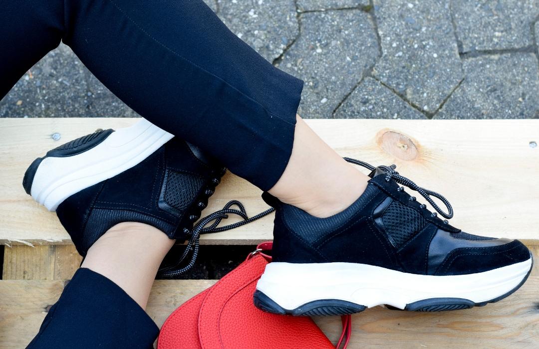 schwarze Sneaker mit weißer Sohle