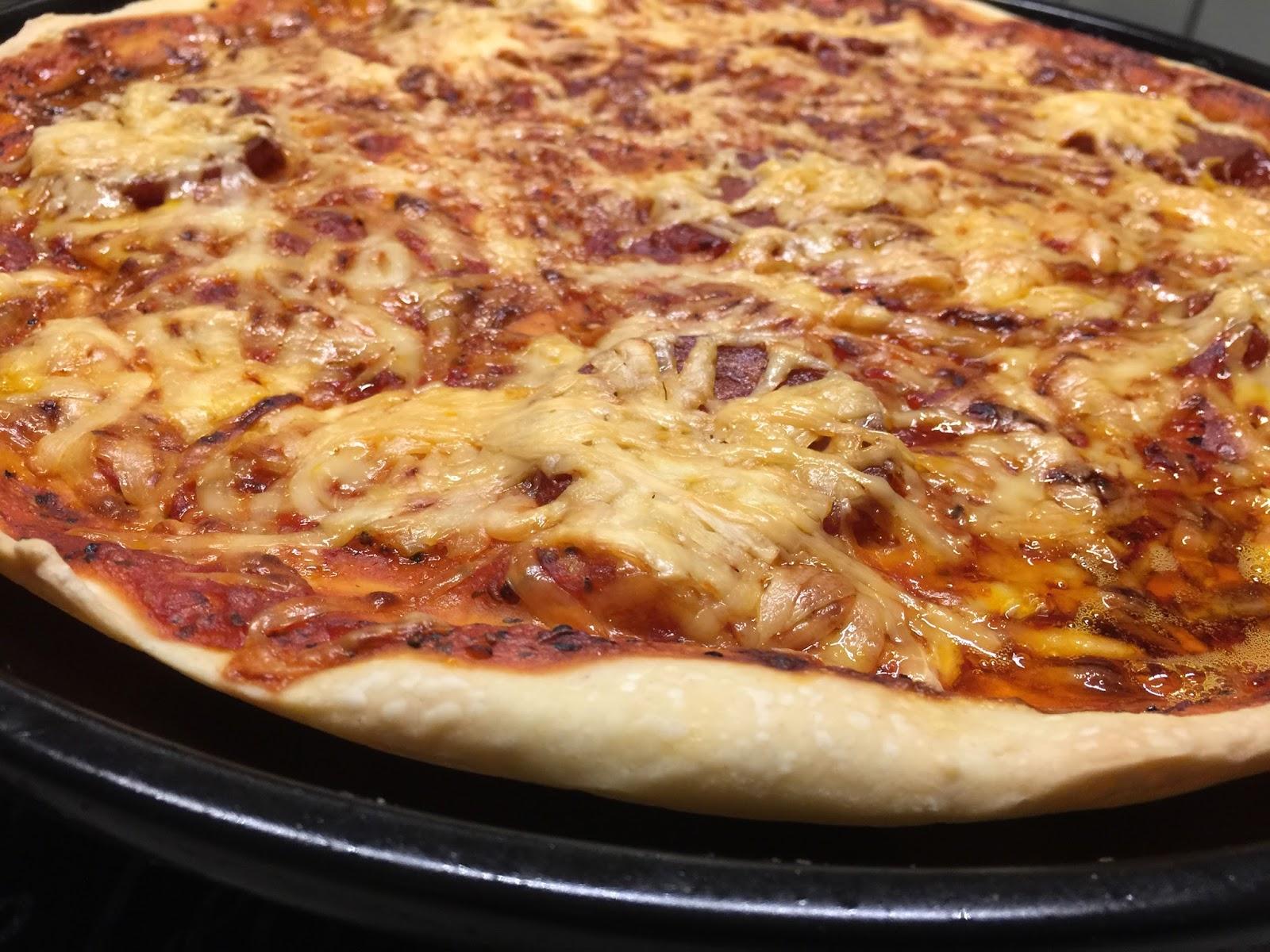 Pizza vom Rockcrok Grillstein | Martina Ziehl mit Pampered Chef
