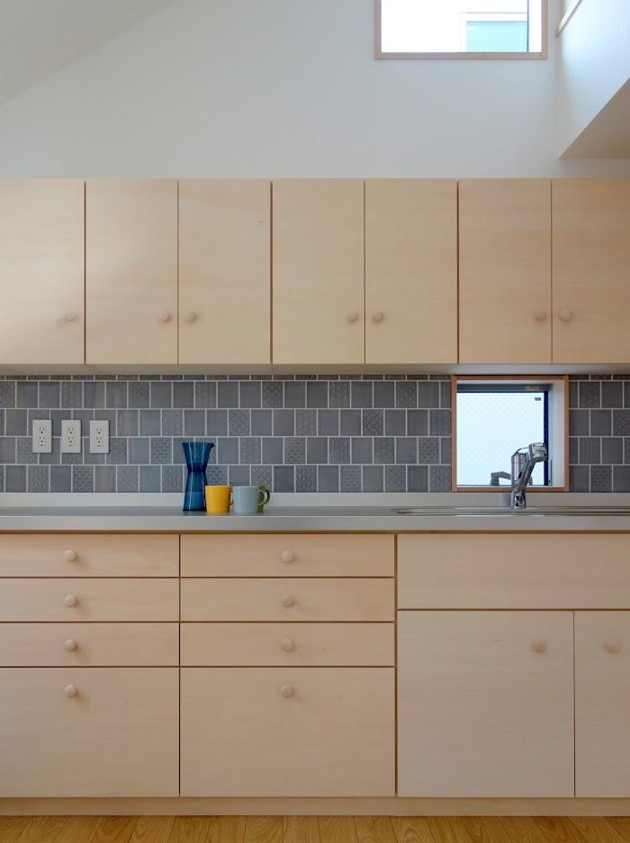 旗竿地に建つ木造3階建て住宅:深沢の家,造作した木製キッチン, 小形 徹 * 小形 祐美子プラス プロスペクトコッテージ 一級建築士事務所の設計